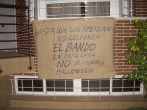 """Casa con un cartel que pone: """"Hasta que los americanos no celebren el bando en esta casa no se celebra halloween"""""""